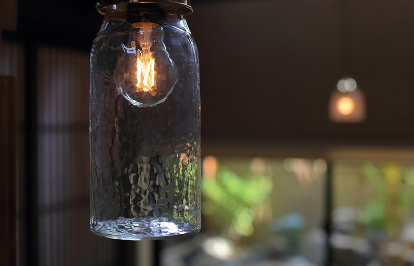 ガラス職人の吹きガラス照明